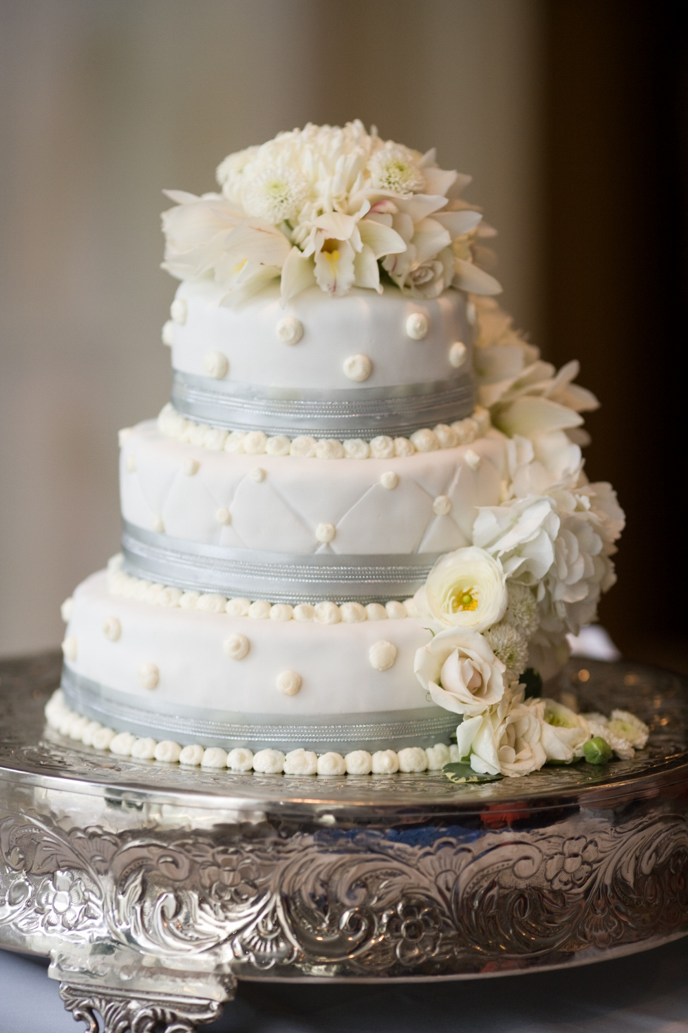 Fresh Flowers on Wedding Cake, White Wedding Cake with Flowers ...